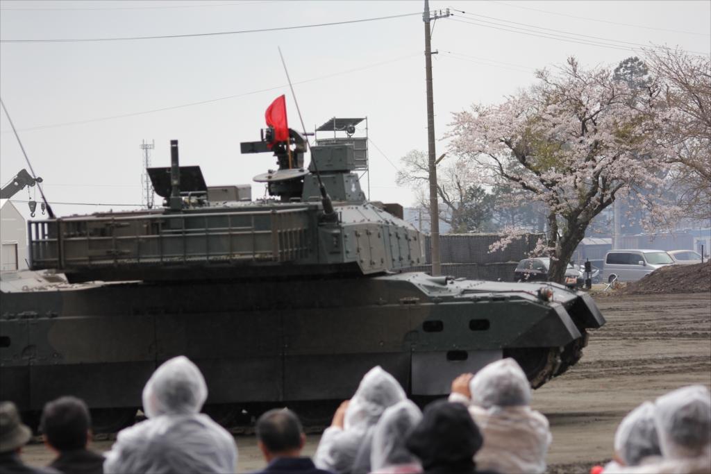 最新鋭の10式戦車出動_32
