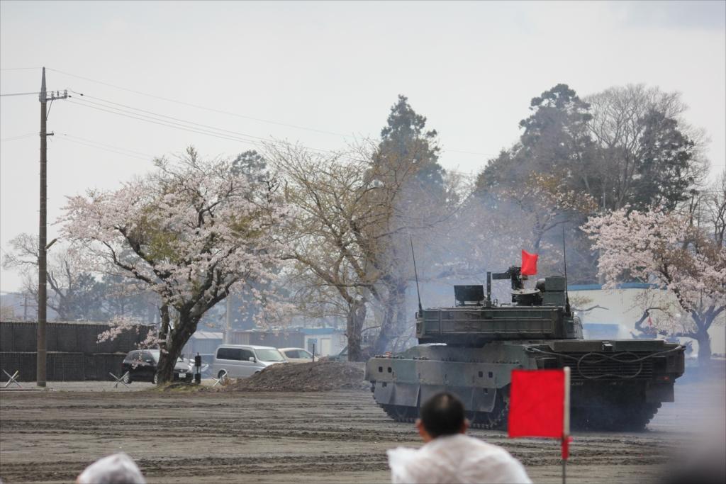 最新鋭の10式戦車出動_34