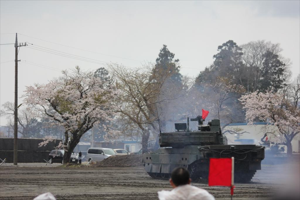 最新鋭の10式戦車出動_35