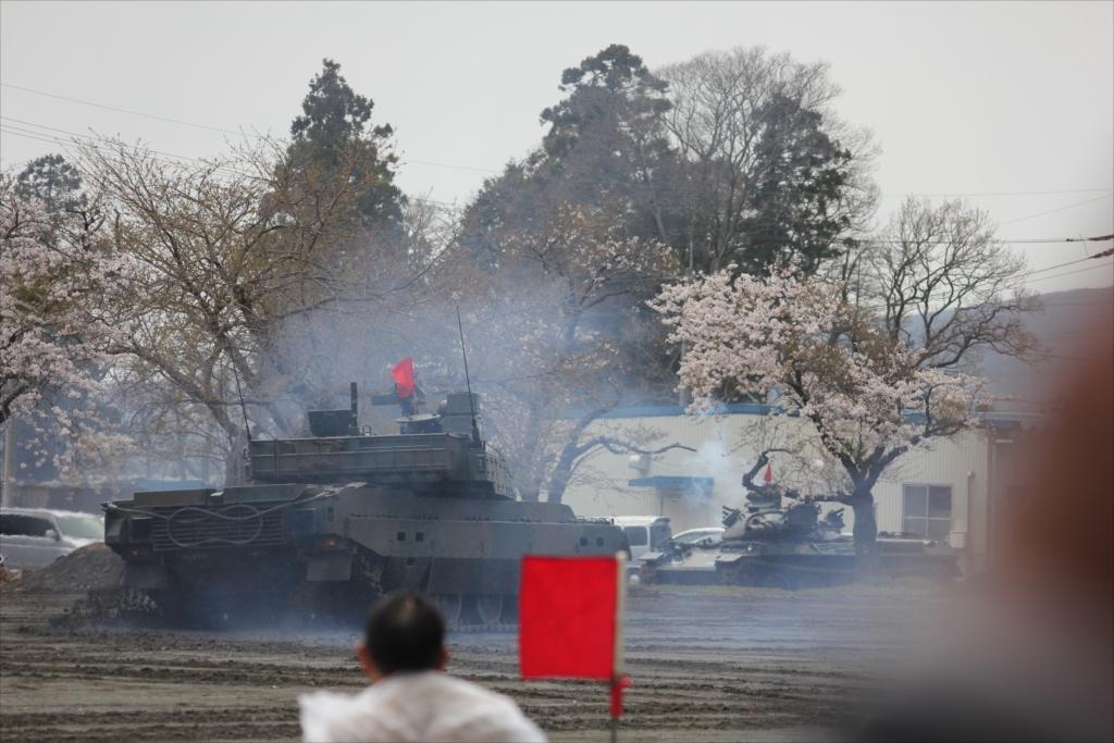 最新鋭の10式戦車出動_36