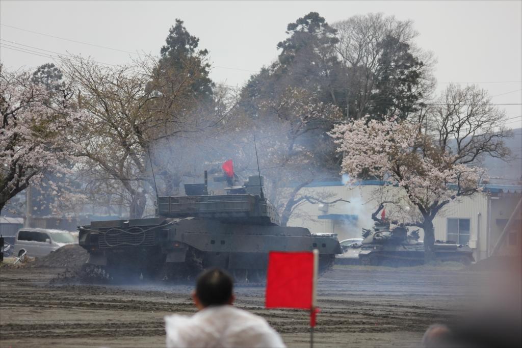 最新鋭の10式戦車出動_37