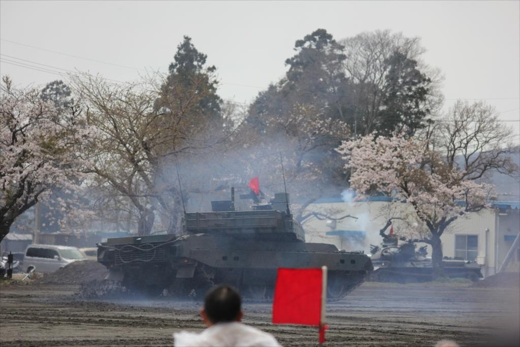 最新鋭の10式戦車出動_38