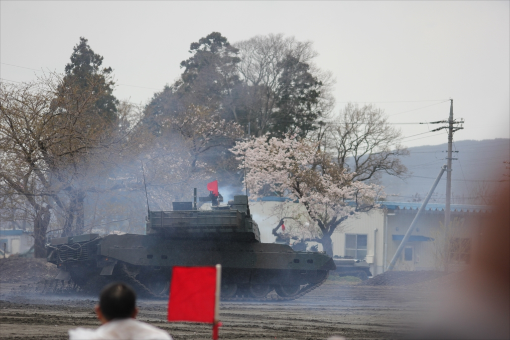 最新鋭の10式戦車出動_40