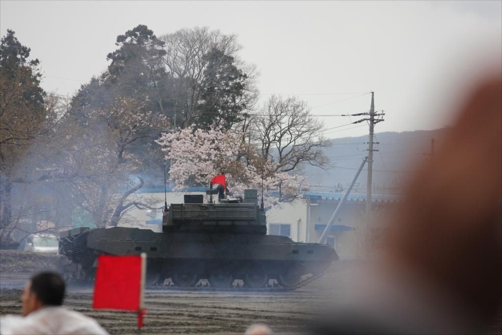 最新鋭の10式戦車出動_43