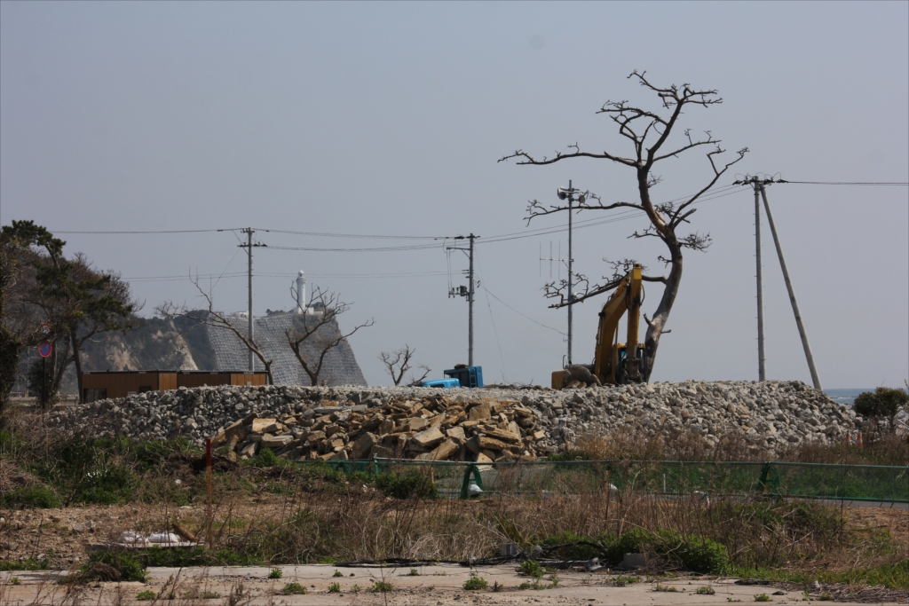 コンクリなどの瓦礫は、一カ所に集められ_1