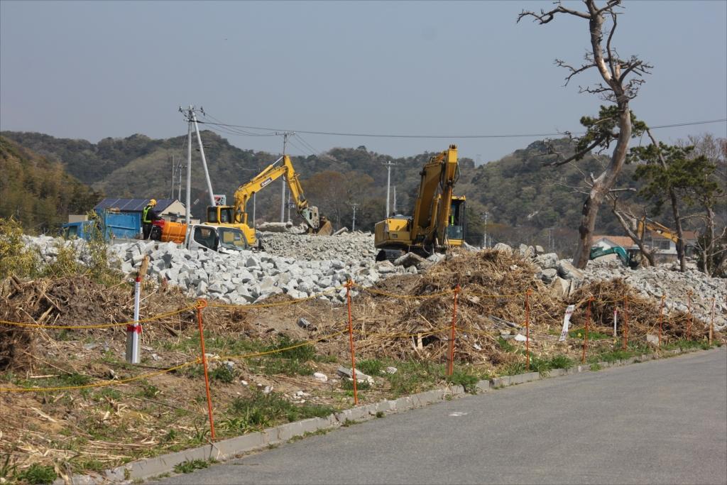 コンクリなどの瓦礫は、一カ所に集められ_2