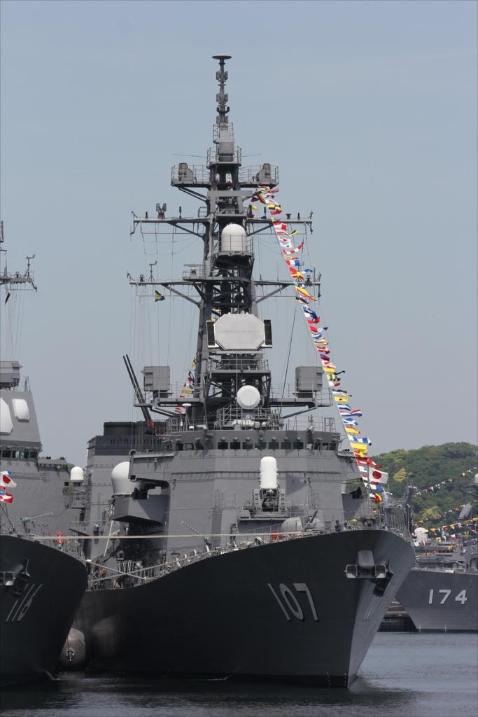 ずっと先には海上自衛隊の艦船が並ぶ_3