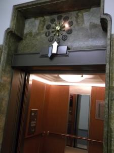 カゴにある行き先階ボタンと、外部のインジケータにある階層表示が一致していない!!