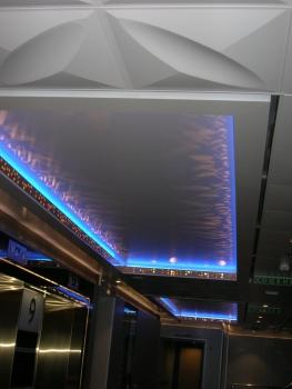 天井のライト 青(船の前方)