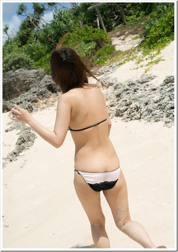 【黒崎セシル(綾瀬ティアラ)】ビーチで桃尻全裸ヌード
