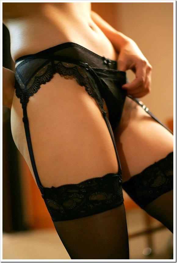 【大人のガーターベルト】女性の全裸ヌードの曲線美