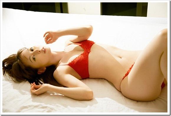 【秋山莉奈(グラビア)】鏡前のビキニ水着で美乳おっぱい