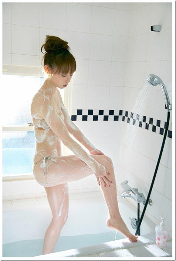 【秋山莉奈(グラドル)】美乳おっぱいセミヌード