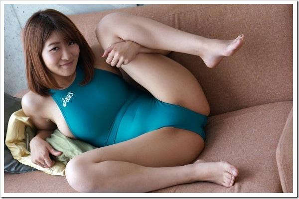 競泳水着のM字開脚