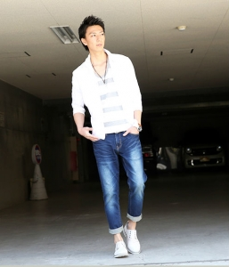 白シャツ×ボーダーTシャツ×ユーズドデニム