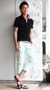 黒のポロシャツ×白のパンツ