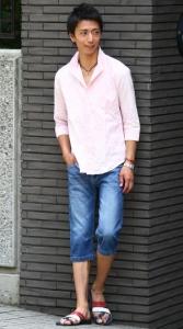ピンクのシャツ×クロップドパンツ
