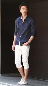 ネイビーシャツ×白クロップドパンツ 夏