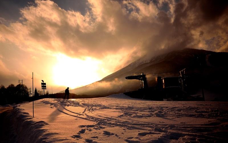 夕暮れのスノーボーダー