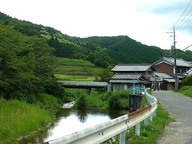 山と川と畑の風景