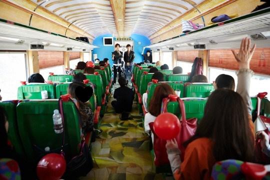 東方神起の列車の旅のイベントに1万人の応募。 特別な一日どうだった?a