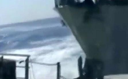 中国船、体当たり