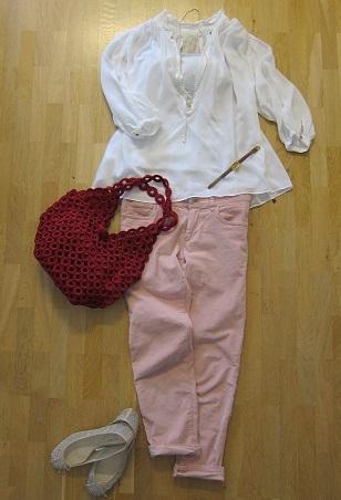 白ふんわりトップスとピンクパンツ