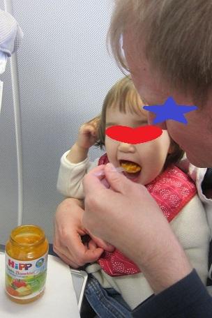 娘、機内食を食す