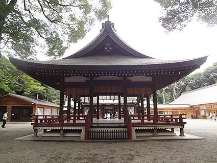 神社の中の舞台