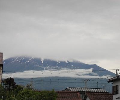 富士山頂上が雲の中