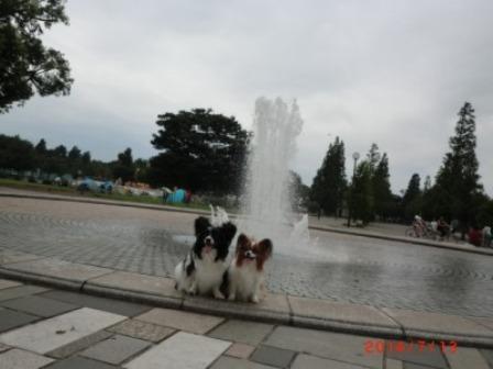 大師公園の噴水の前で