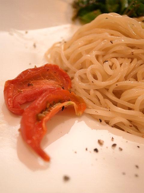 140628田なか-エビ油そばサラダ仕立て 半熟ドライトマト添えアップ