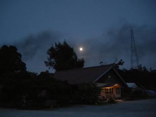 登り窯の煙と月
