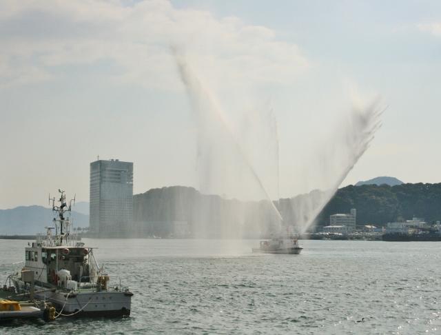03 消防艇放水 (640x486)