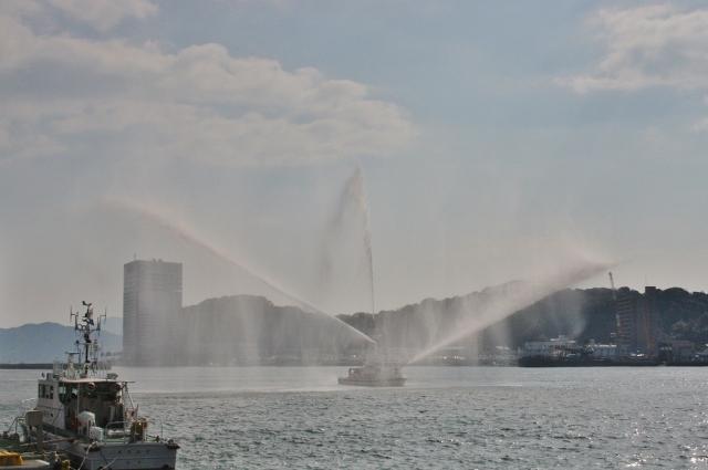 04 消防艇放水IMG_0058 (640x425)