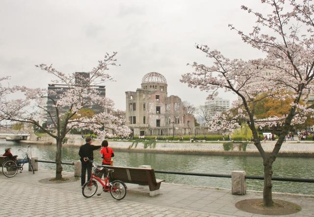 IMG_0156 原爆ドームと桜 (640x443)