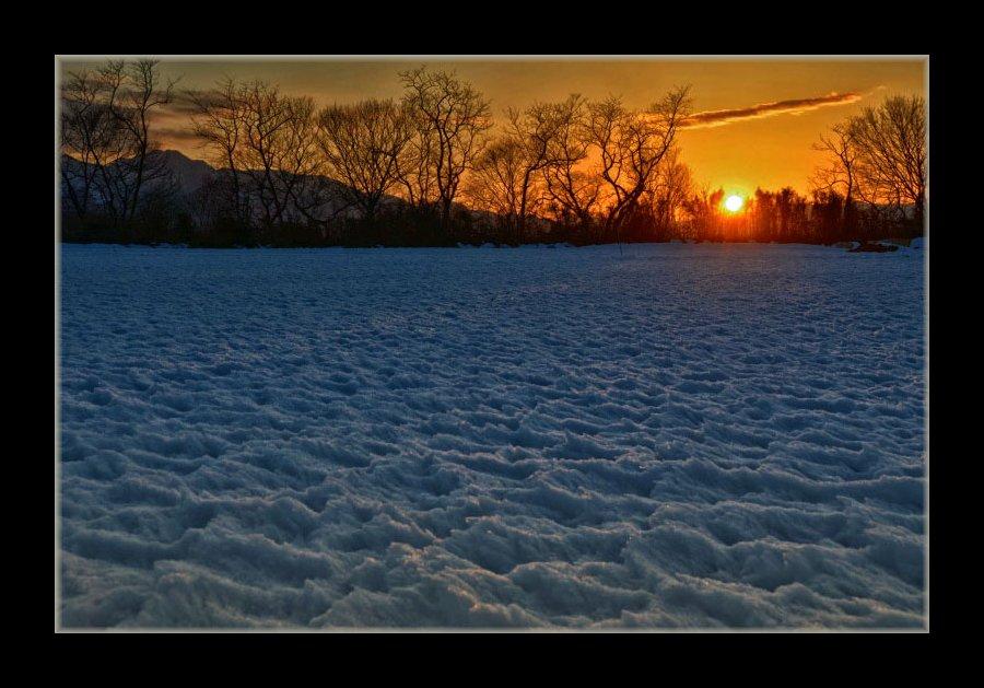残雪に夕日
