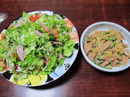 魚肉ソーセージとインゲンの卵とじ、海藻入りサラダ