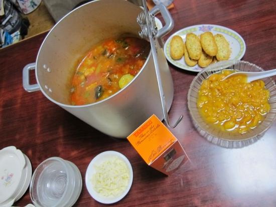 野菜のトマト煮とバゲット、ビワのコンポート