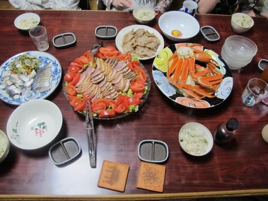 カニ、豆ごはん、魚の酢漬け、合鴨燻製サラダ、豚バラ塩コショウ焼き