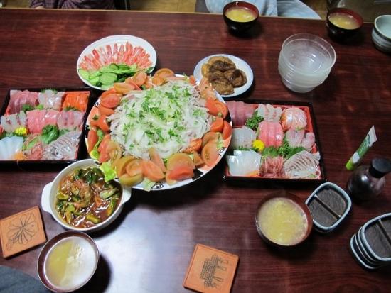 刺身とサラダとカニの晩ご飯