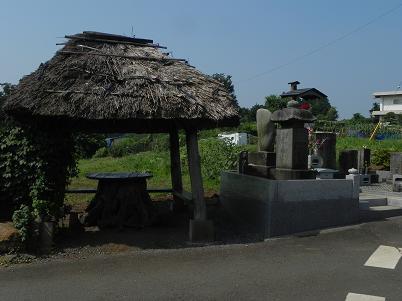 金仙寺付近の茅葺の休憩所