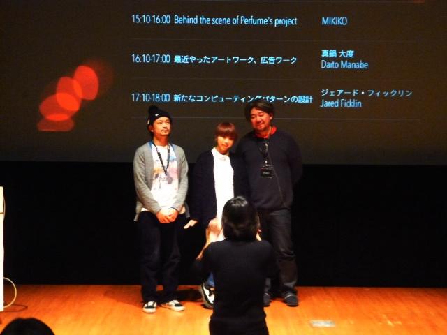 左から真鍋・MIKOKO・菅野の3氏記念写真中の写真