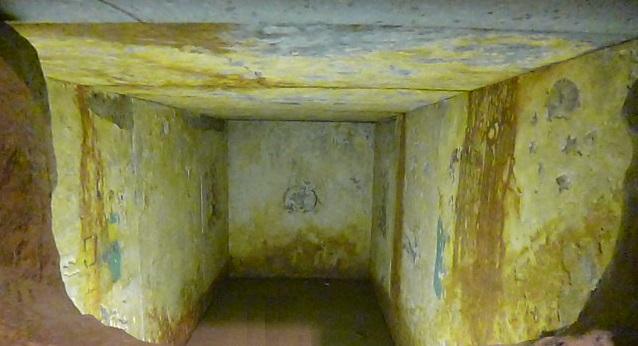 盗掘穴から見た石棺内部