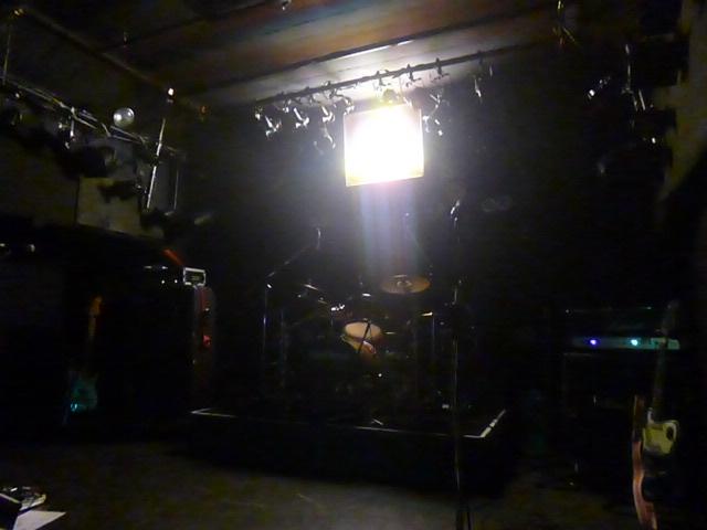 終演後の舞台 ちょうど学校の教室くらいの幅のステージ ライブハウスって大体こんなのです