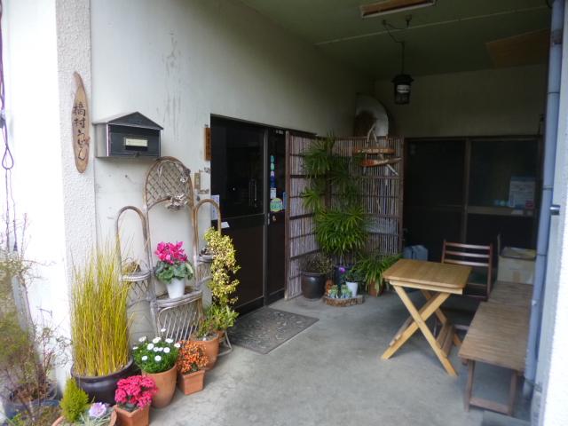 入り口はこちら 民家の玄関の土間みたいなところで食べるんです