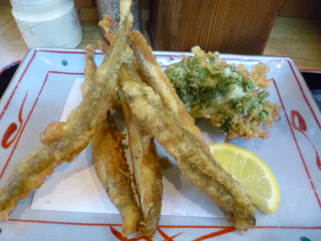 この大きさ,シシャモかと思った 後ろはワサビ菜の天ぷら