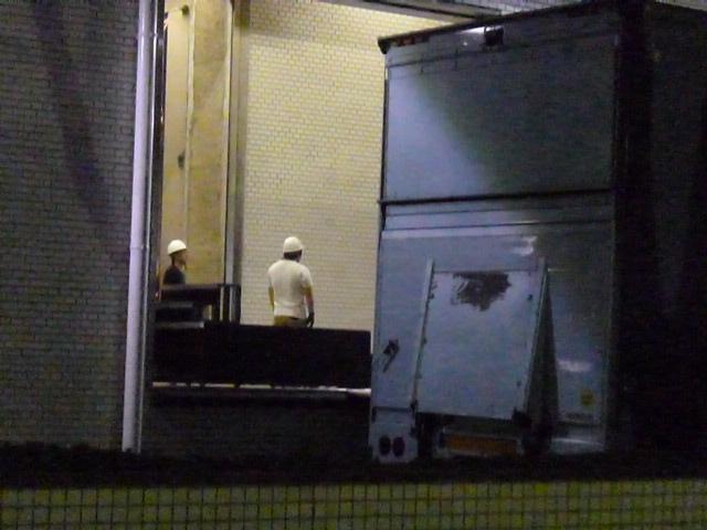 機材搬送の様子 Perfumeの3人が立つステージが運ばれていきます 行先は次の会場金沢です