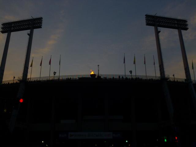 青紫の空になって,ようやく聖火がよく見え始めました。