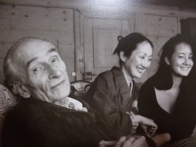 左からバルテュスさん,節子夫人,娘の春子さん